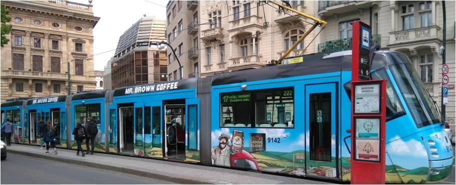 伯朗咖啡在中歐地區市佔第一,圖為捷克電車廣告。(金車集團提供)