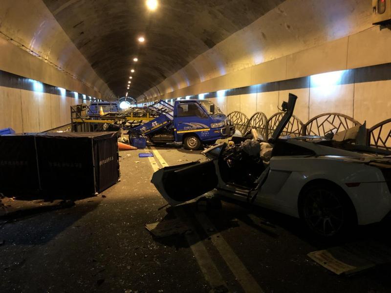 由24歲游男駕駛的藍寶堅尼在自強隧道內撞上施工中的工程車,除造成副駕駛座劉姓女伴死亡外,更造成施工人員1死2重傷。(警方提供)