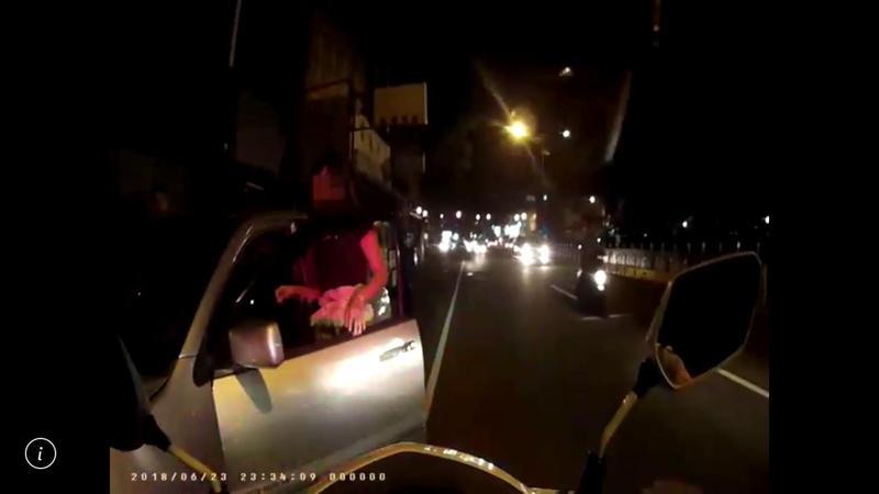 劉女打開副駕駛座車門,企圖冒充駕駛人。(警方提供)