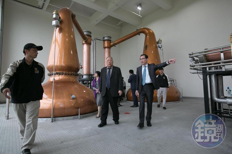 金車集團董事長李添財(左二)與李玉鼎(右一)父子聯手,證明台灣也能釀造出獲獎連連的單一麥芽威士忌。