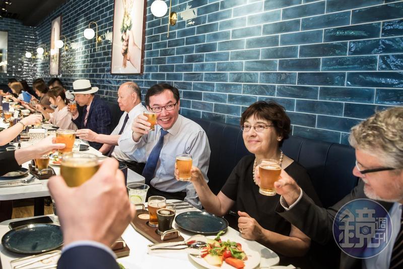 柏克金啤酒餐廳開幕記者會,李玉鼎(右三)邀請德國在台協會處長一家人共襄盛舉。