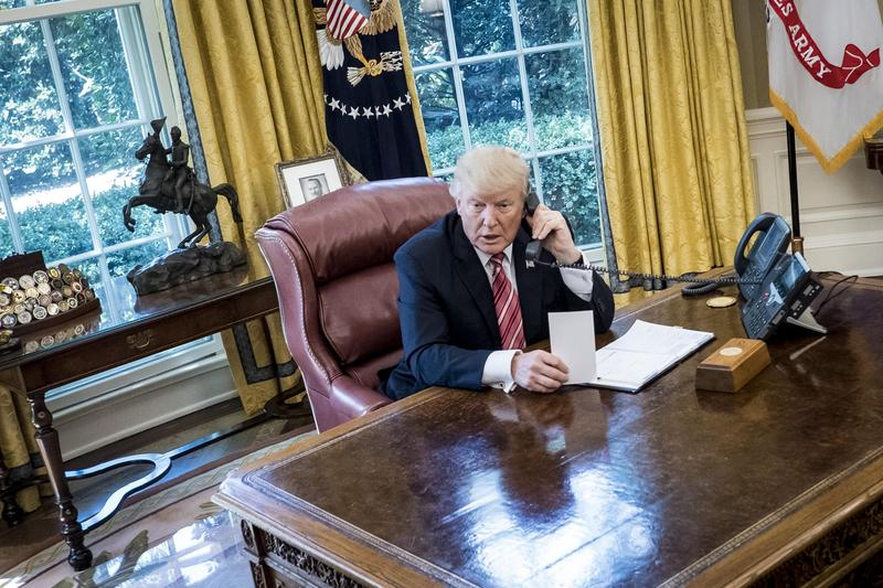 川普的白宮辦公桌,電話之外幾乎空無一物。(東方IC)
