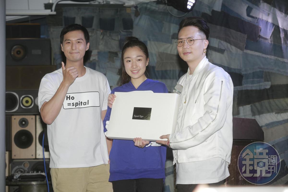 香奈兒(中)出席Equal Ego週年派對活動,與嚴爵(左)和蕭秉治合影。