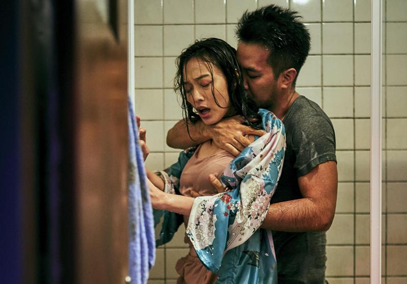 片中黃健瑋要藉姚以緹洩慾,卻被對方反受為攻,有激烈的肢體演出。(客家電視台提供)