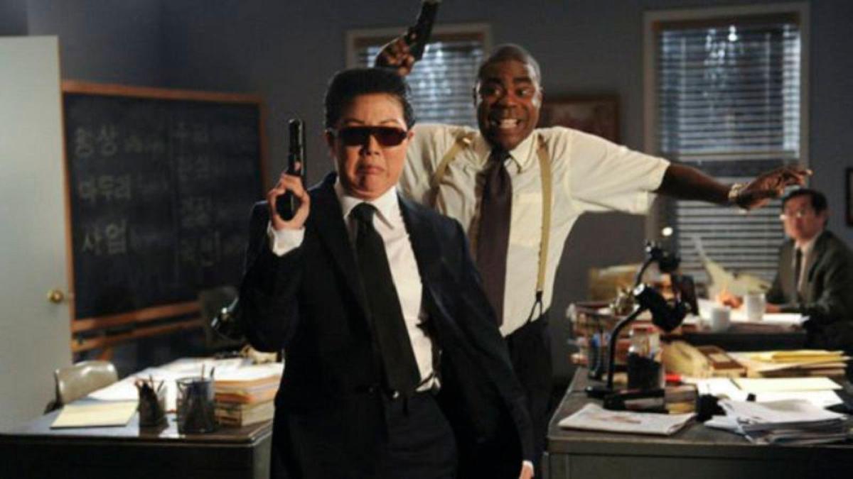 趙牡丹(左)曾在影集《超級製作人》裡反串前北韓領導人金正日,因此入圍艾美獎喜劇類最佳客串女演員。(翻攝自tv.avclub.com)