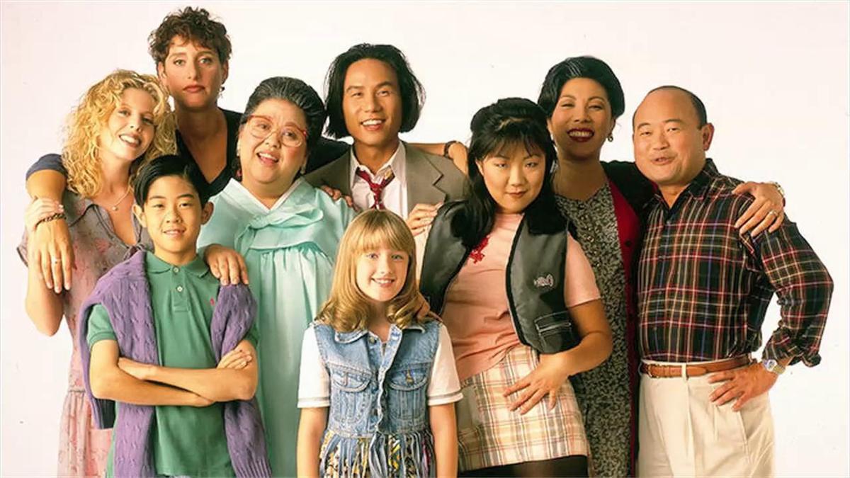 美國ABC電視台邀趙牡丹(右三)演出情境喜劇《All-American Girl》,卻因收視率不高,只播出一季。(翻攝自yomyomf.com)