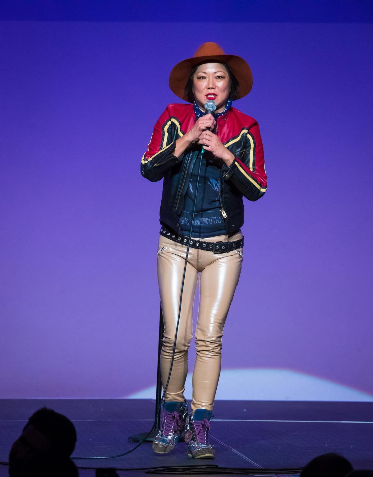 趙牡丹的單人喜劇節目內容辛辣,她對成癮、虐待和種族歧視等敏感話題直言不諱,也常提出真知灼見,圖為她在賭城的演出。(東方IC)