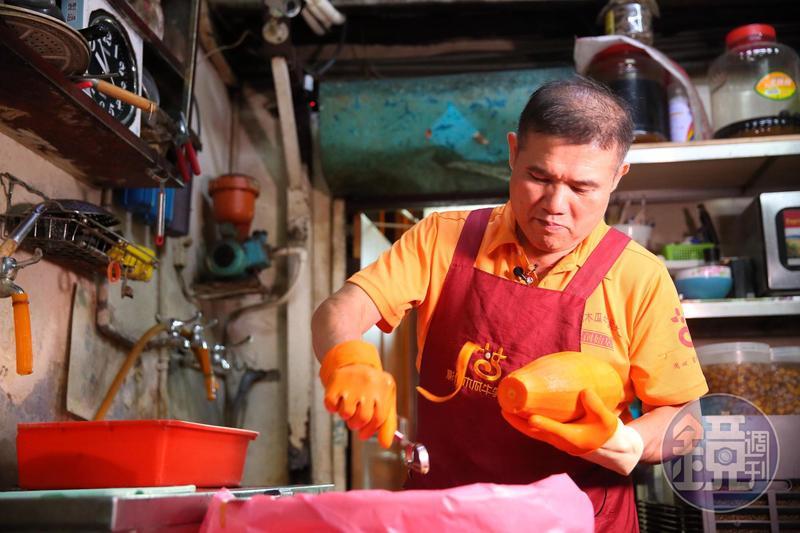 每天早上8點,盧信彰就進店內削切櫥窗水果、備料,11點準時開門營業。