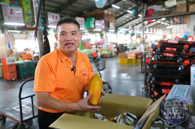 彰化果菜市場的批發商都熟識「木瓜老大」盧信彰。