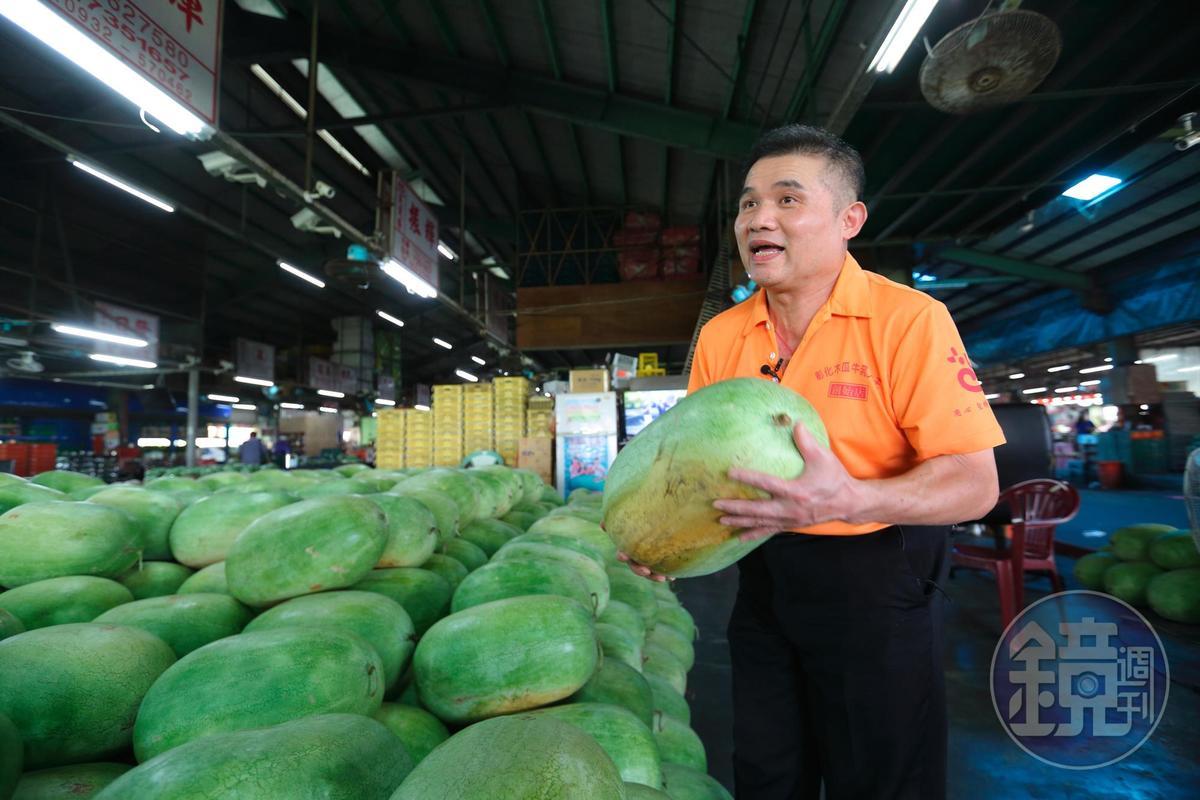 盧信彰特選每年第一次採收的西瓜,梗比較翠綠、甜度比較高。