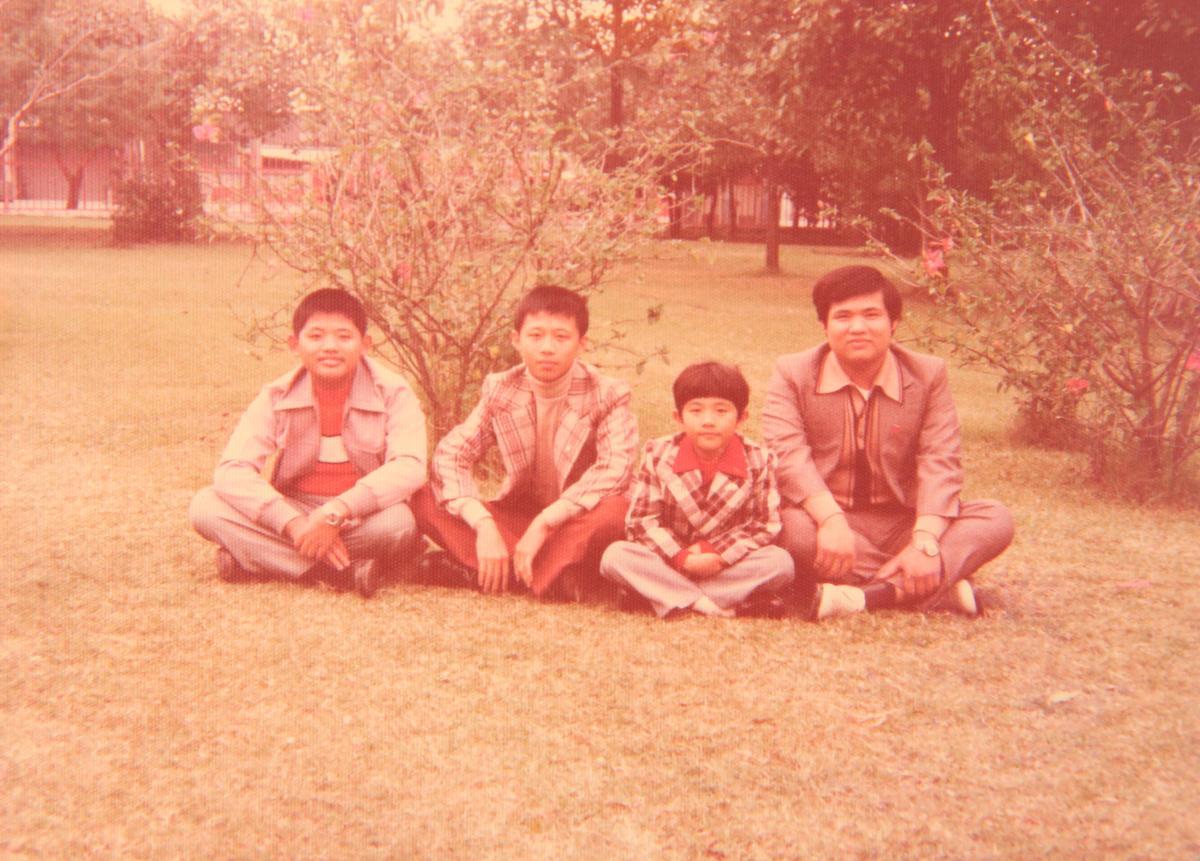 盧信彰(右一)、盧信雄(左二)、盧信昌(左一)三人都傳承父親手藝開冰店,小弟盧明駿(右二)為富士通冷氣業務。(盧信彰提供)