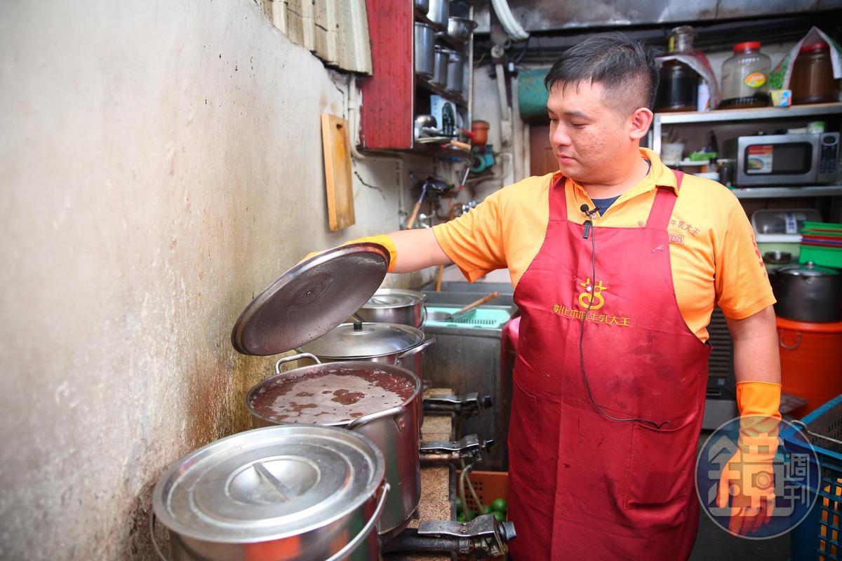 盧宏達負責後場紅豆、綠豆備料。
