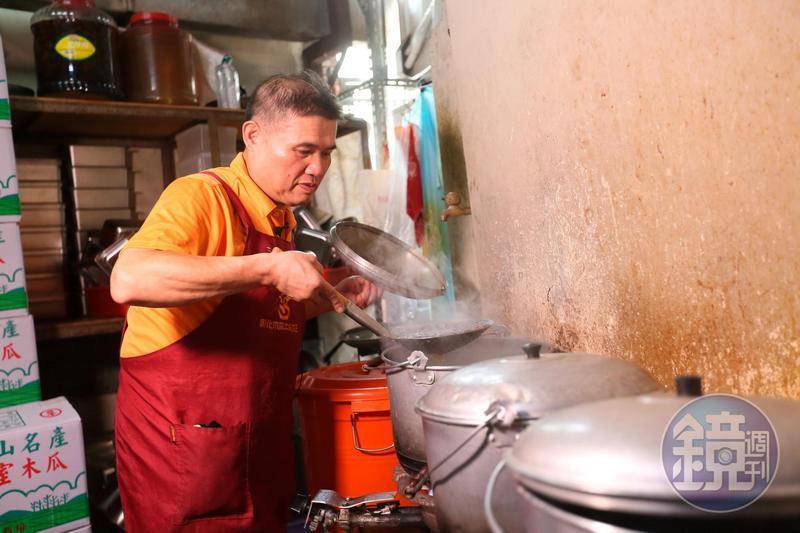 每天早上8點,盧信彰進店內備料,煮珍珠、芋圓等。