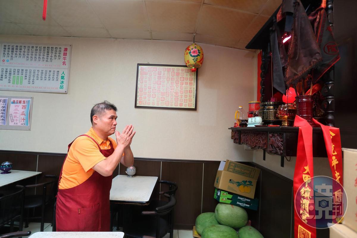 盧信彰每天早上必先敬拜土地公,他說「土地公是生意人的財神爺,我們三兄弟的店裡都有。」