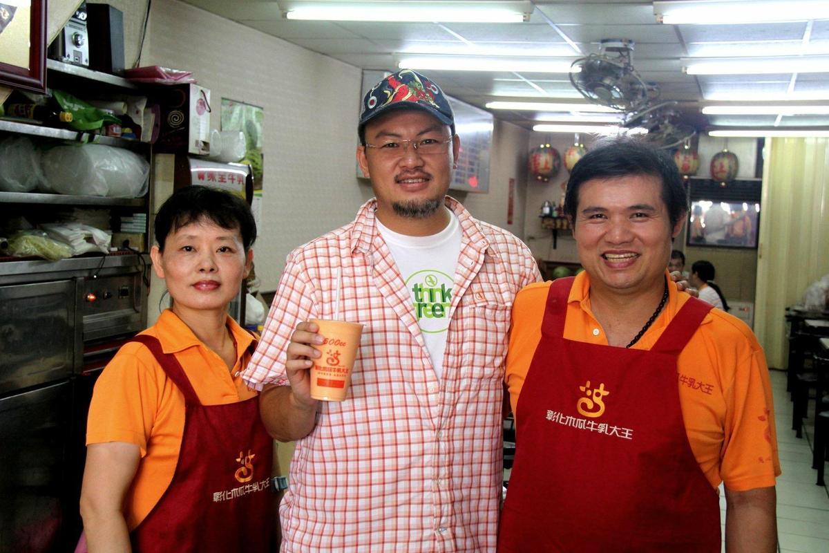 彰化木瓜牛乳大王常受電視採訪,盧信彰(右)、林秀丹(左)相偕留影。(盧信彰提供)