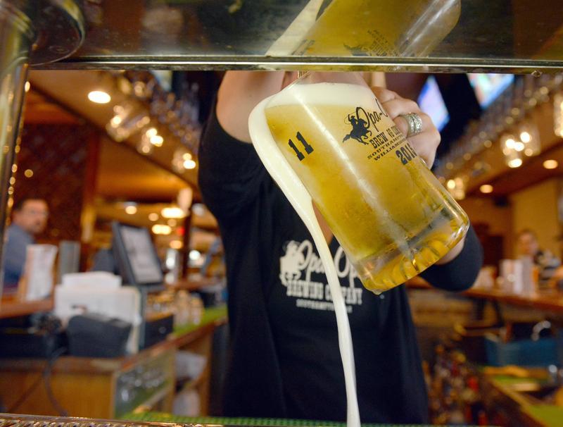 世足賽期間,歐洲一度爆發啤酒「缺碳」危機。(東方IC)