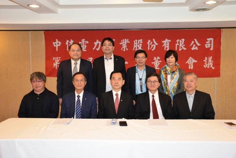 王應傑(前排左3)運用人脈,找來地產業界、能源領域好友共同出資蓋電廠。(王應傑提供)