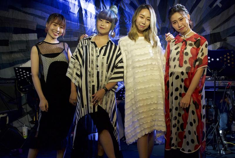 微甜女孩與顏力妃(左2)齊開唱,展現多國語言歌唱實力。(絕頂創意提供)