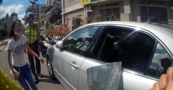 員警瞬間擊破車窗,將整片玻璃完整勾除取下。(警方提供)