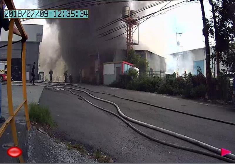 火勢猛烈,消防人員抵達現場時,已經延燒隔壁房屋。(消防局提供)