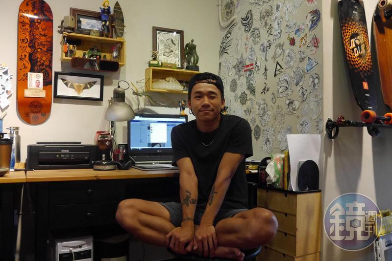 做刺青 8 年了,李小巨的身上總共只有 2 組刺青,一是大學時期刺的海浪手環,另外就是小手臂上的「青和」二字。