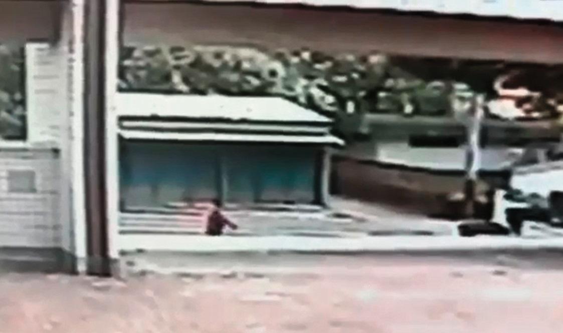 山上國中教導主任江宇倫遭爆5月下旬持長槍作勢瞄準中輟生,整個過程被學校監視器拍下。(翻攝畫面)