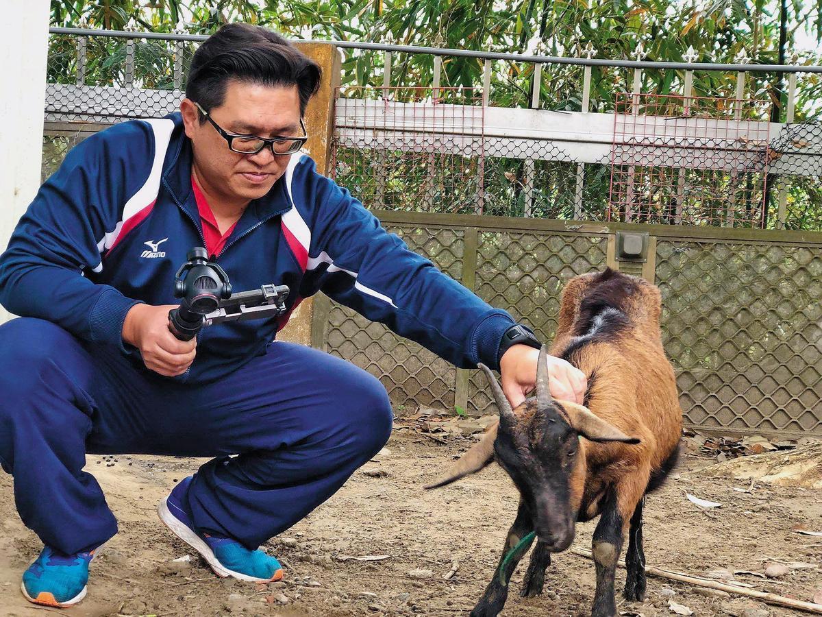 山上國中飼養山羊出名,江宇倫經常規劃各種課程,甚至還在山羊滿月時準備紅蛋,更拍攝不少關於山羊的微電影。(翻攝自江宇倫臉書)