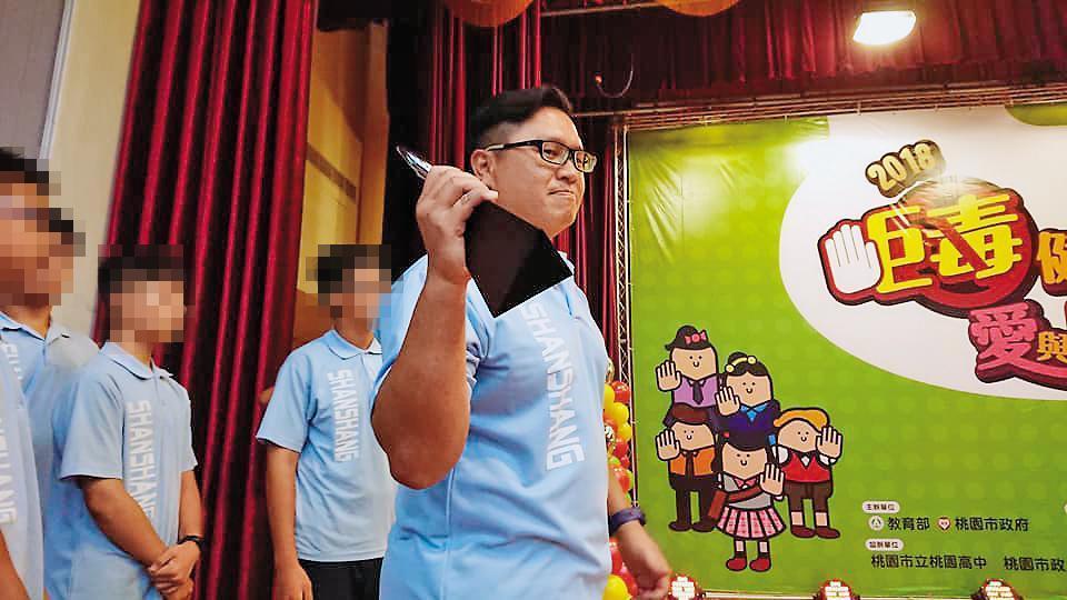 台南市山上國中日前才剛剛以微電影拿下教育部反毒微電影競賽的銀獎,教導主任江宇倫開心地拿著獎盃慶祝。(翻攝自江宇倫臉書)