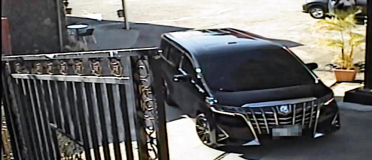 業者提供影像顯示,大仁開發老董簡姓業者多次開車進入他私人園區,不下車繞行一圈離開,讓他們心生恐懼。(翻攝畫面)