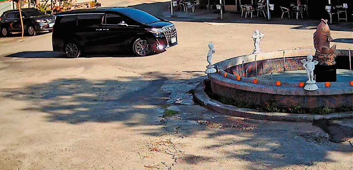 大仁開發老董簡姓業者的豪華黑色7人座車,不時出現在私人墓園空地繞圈,讓他們心生恐懼。(翻攝畫面)