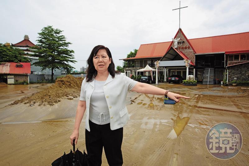 業者控訴「覆鼎金公墓D區回教墓區墳墓遷葬」計畫,才剛遷葬完畢,就爆發土石流。