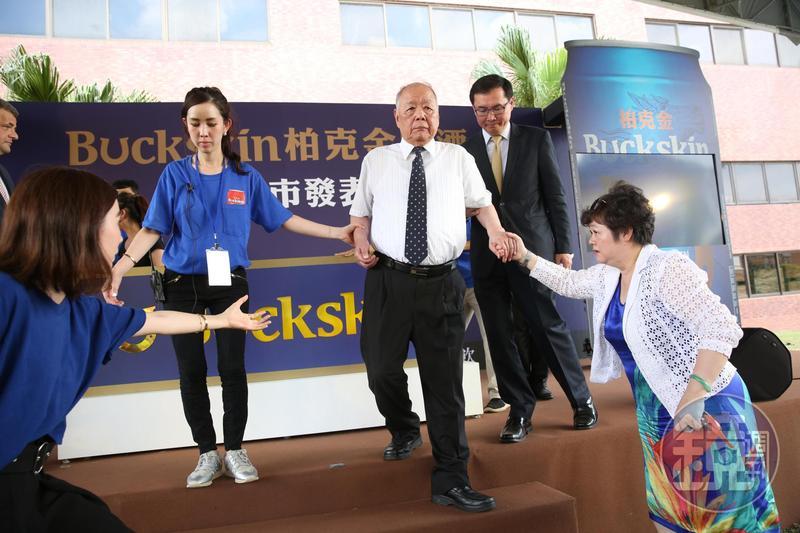 金車是傳統家族企業,創辦人李添財的第三代長孫女李家輔(左二)已進入集團歷練,低調擔任總經理李玉鼎(右二)祕書。