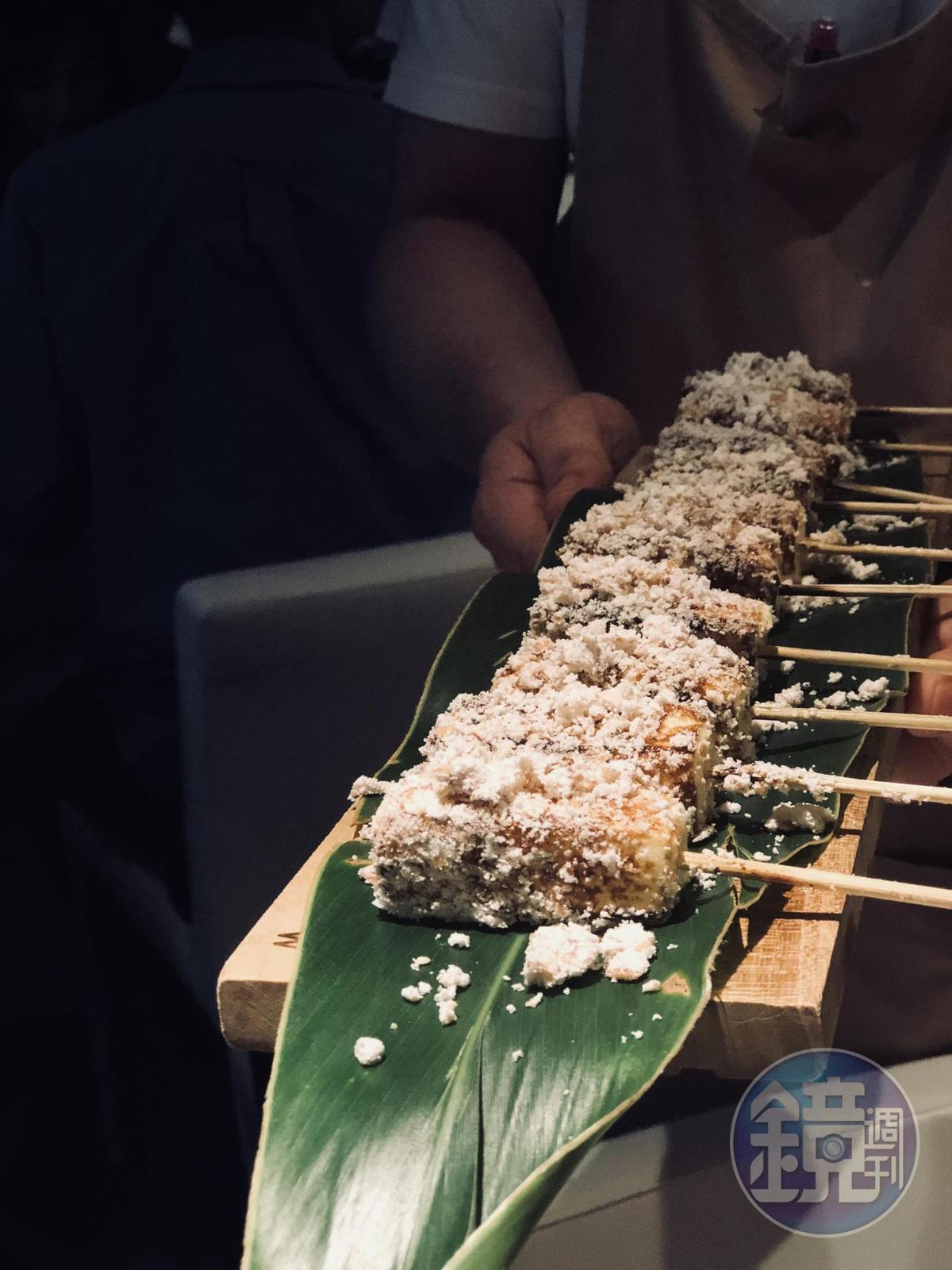 江振誠以雞皮、雞油製成的「炭烤雞皮棉花糖」。