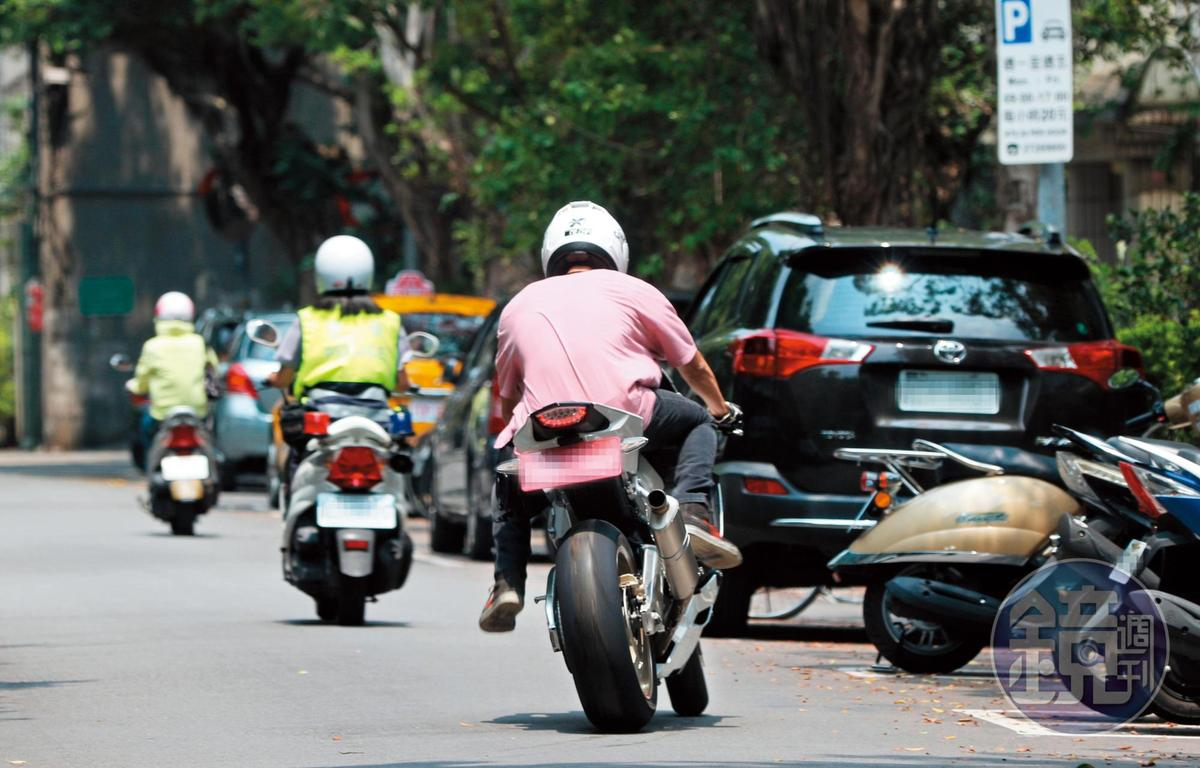 6月25日 13:02 阮經天騎著白色重機離開新家,先到台北市三民路上一間馬牌輪胎行借打氣。