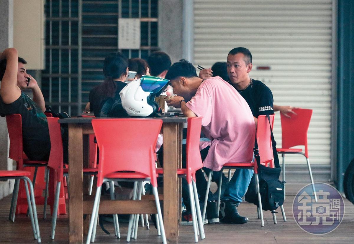 阮經天(前)與車友在坪林一間「東木河茶莊」聚餐。