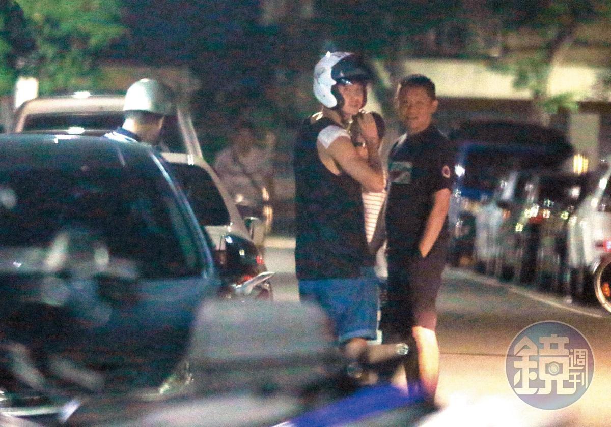 20:49 喜歡聊天交朋友的阮經天,聊夠了才戴上安全帽準備騎車回家。