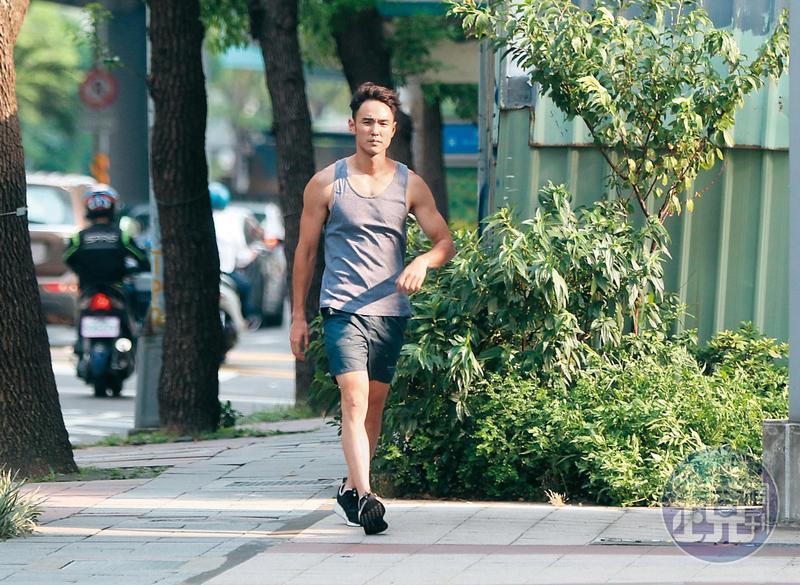 阮經天原本將重機停在健身房大樓外,被大樓管理員要求移車,他移完車之後回到原處,看得出胸肌不小。