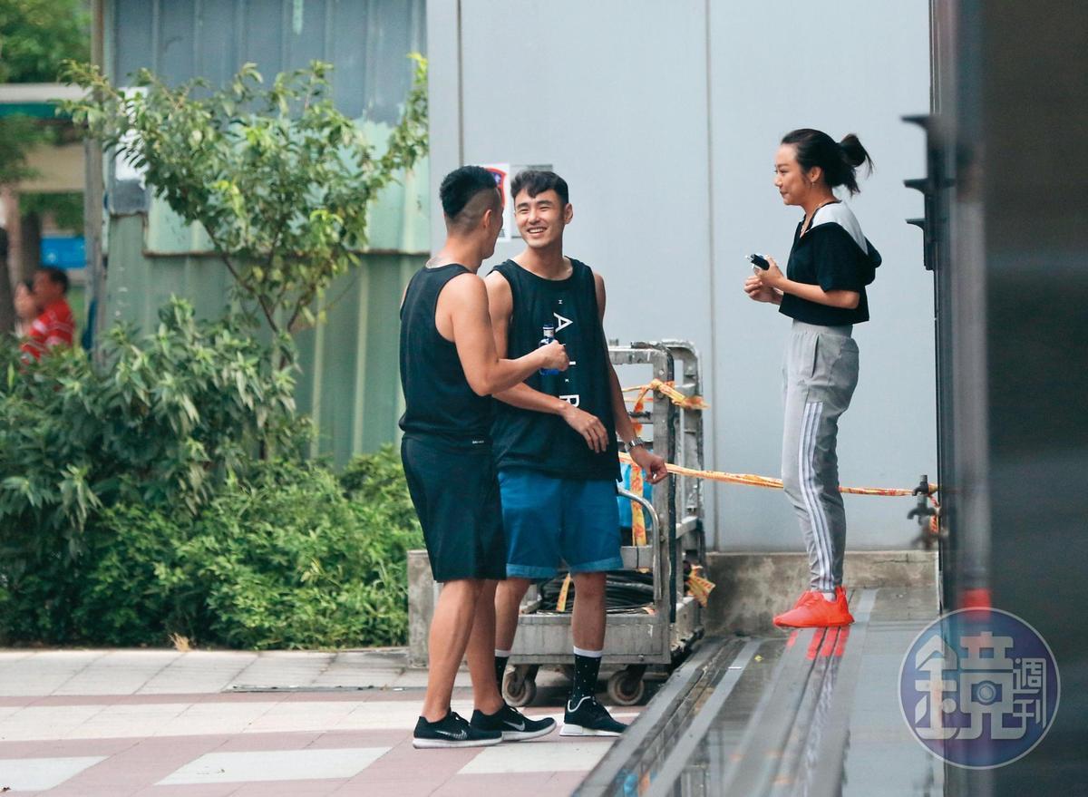 6月25日 17:34 阮經天(中)、教練及健身同好一起到大樓外面抽菸,還不忘研究健身動作。