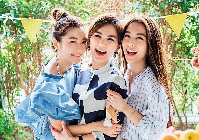 S.H.E出道將滿17年,日前Ella(中)慶祝37歲生日,Selina(左)與Hebe(右)都排除工作,3人聚首慶生。(翻攝自Ella IG)