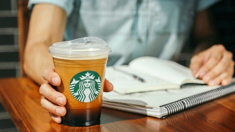 總部位在美國西雅圖的星巴克,9日宣布,2020年前將不再提供塑膠吸管,改採替代性紙吸管,或是如圖中所用的「成人吸口杯」。(翻攝自網路)