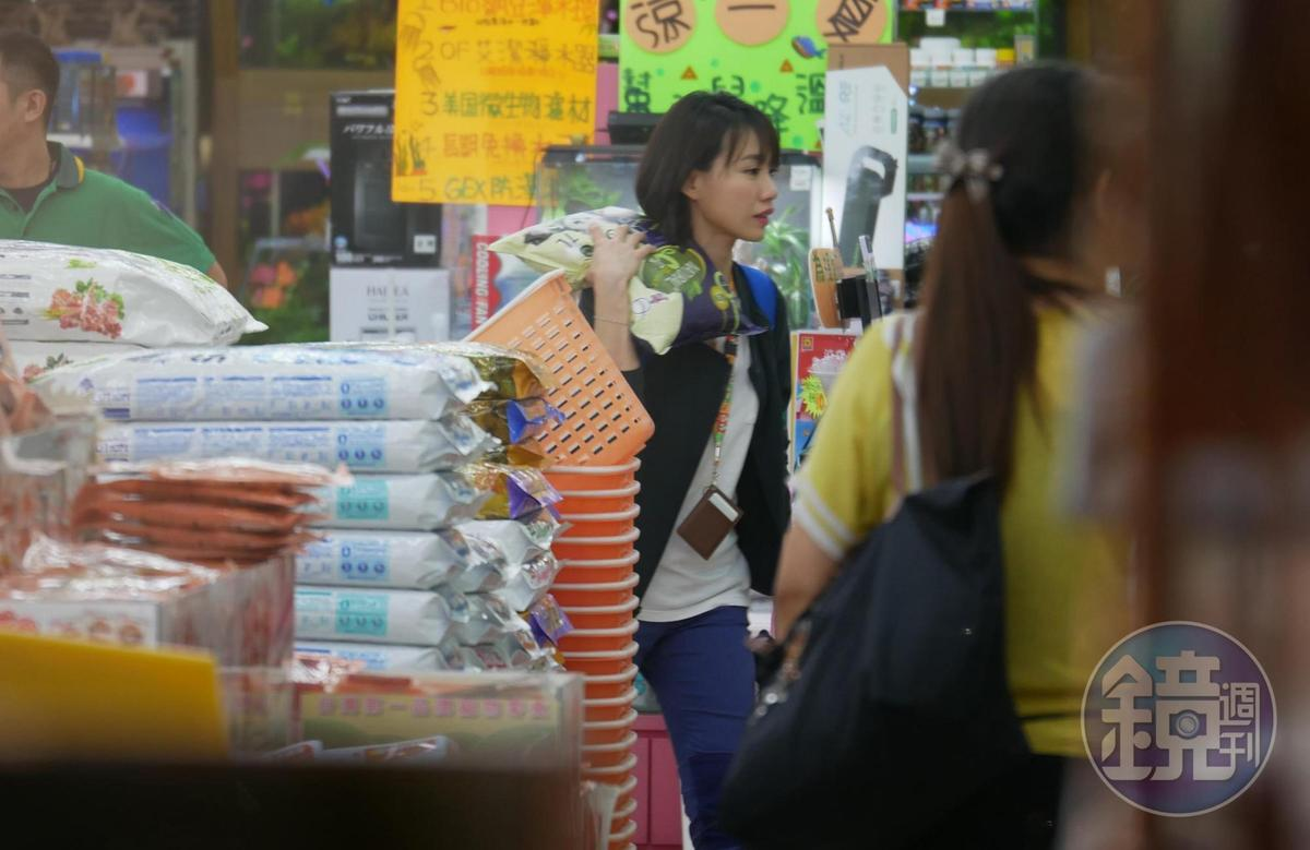 6/29 23:24 張旖旂下班後,在新埔捷運站下車,返家的路上順手買宵夜、逛了生活用品店。