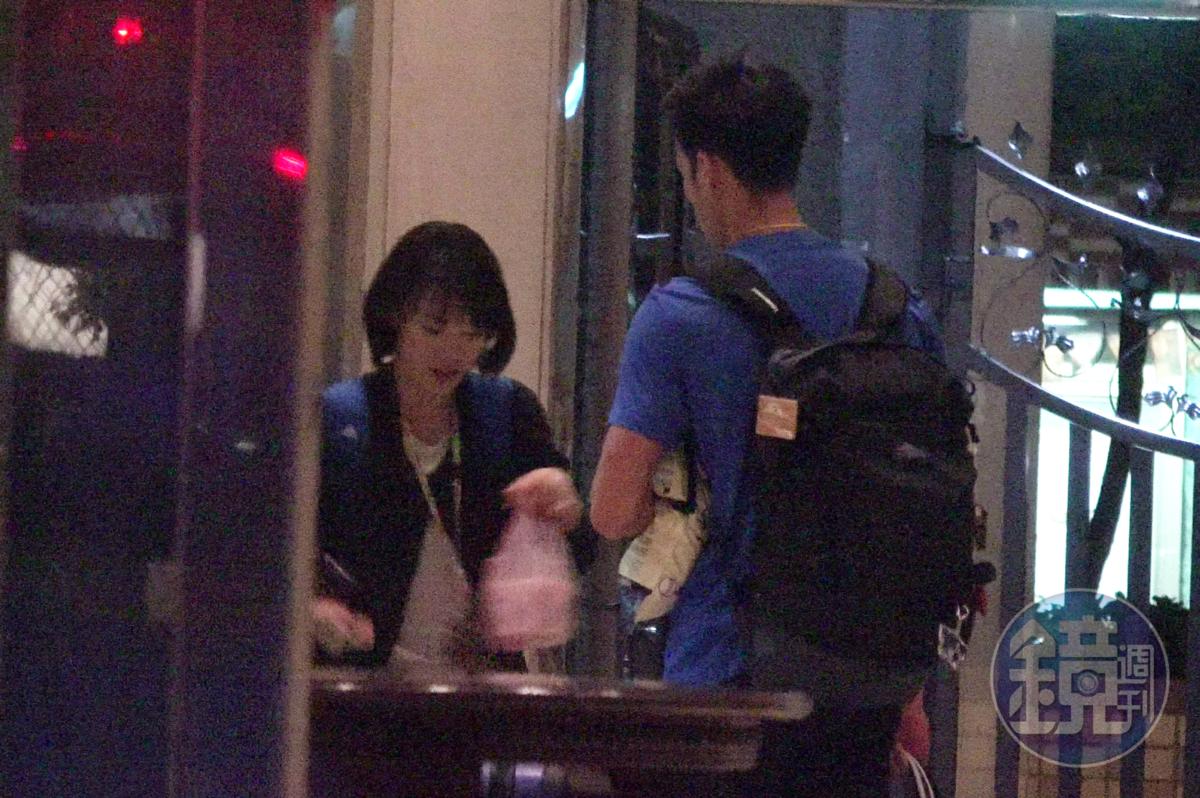 23:36 張旖旂(左)手提著宵夜急忙返家,等在她家大廳的就是楊俊瀚。