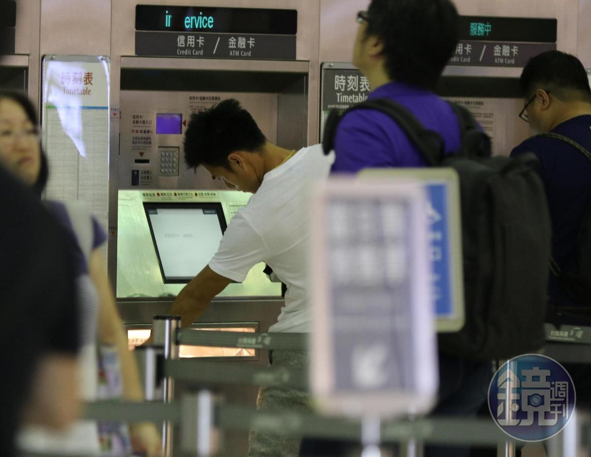 20:23 楊俊瀚(左)和張旖旂到達板橋高鐵站,楊俊瀚先去買車票。