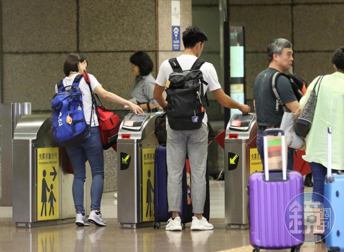 20:25 楊俊瀚(右二)和張旖旂(左一)一同走入高鐵站內。