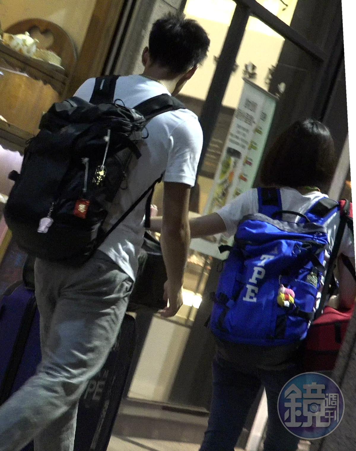 6/30 20:21 晚間8點多,楊俊瀚(左)和張旖旂拖著行李走出家門。
