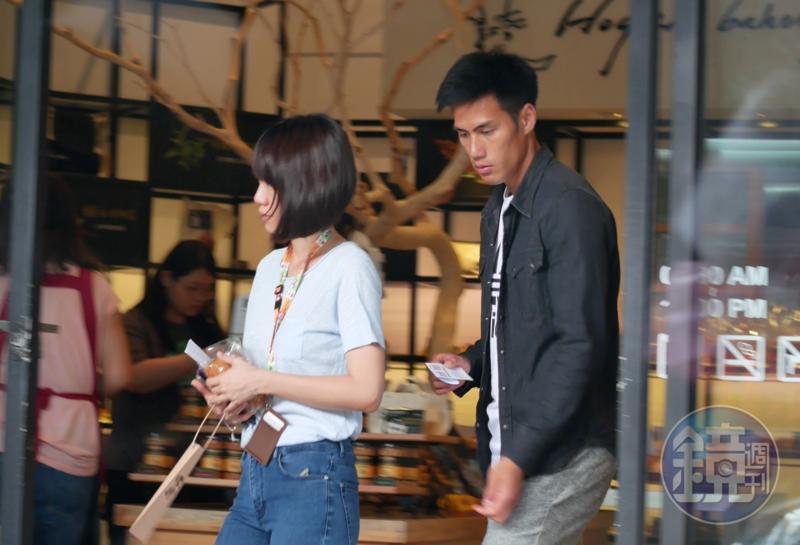 隔天楊俊瀚(右)和體育主播張旖旂一同出門,到麵包店買東西吃。