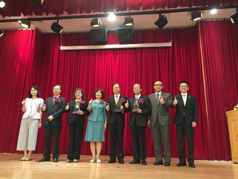 台企銀、一銀和合庫在花蓮震災中貸款最給力,由陳美伶頒獎。