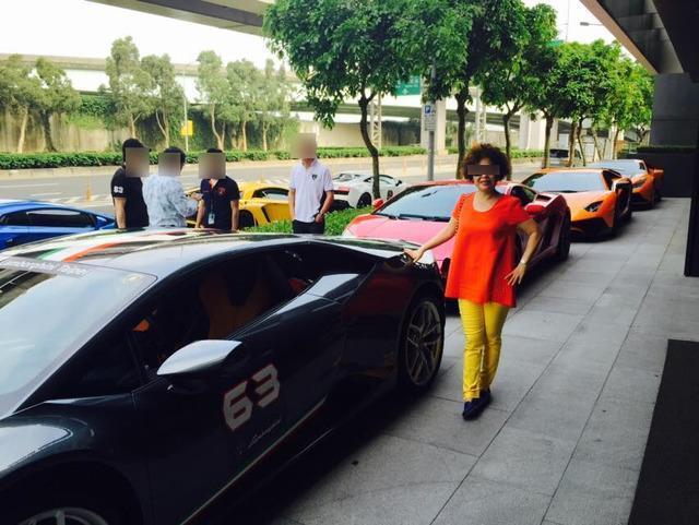 24歲富少游瀚甯的姑姑臉書上,擁有不少與超跑的合照。(翻攝畫面)