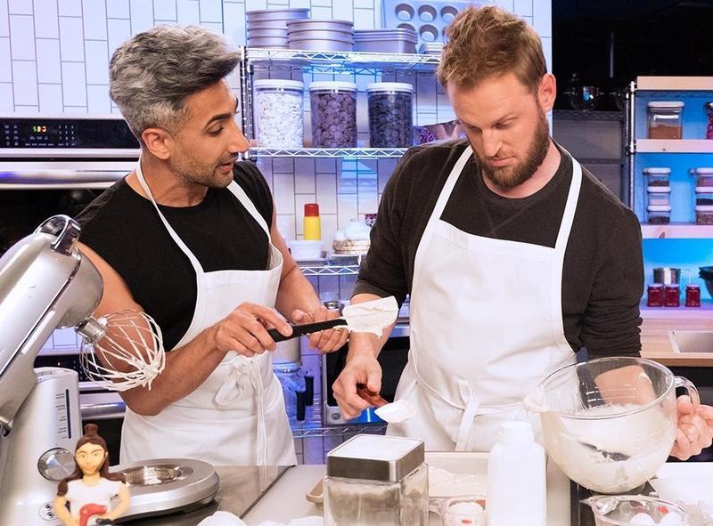 時尚達人譚(左)跟室內設計師鮑比搭檔,但兩人做出來的成果相差甚多。(Netflix提供)