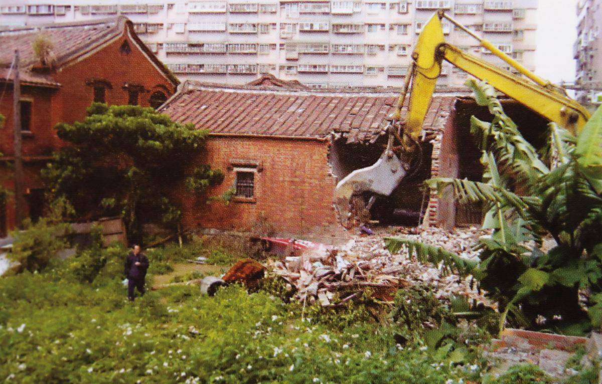 秀才厝在2008年被當時的台北縣文化局列為暫定古蹟,心急的建商卻在同年直接開怪手將古宅摧毀。(翻攝《重回秀才厝》)